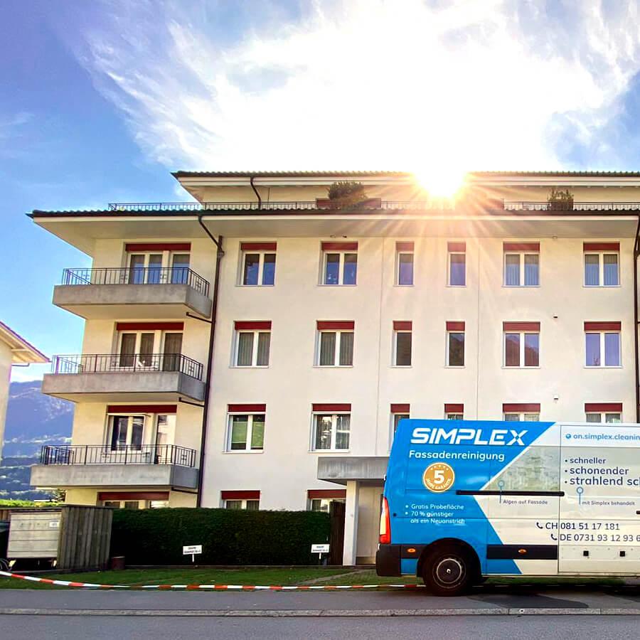Frisch gereinigte Fassade mit Simplex Anwendungsbus im Vordergrund