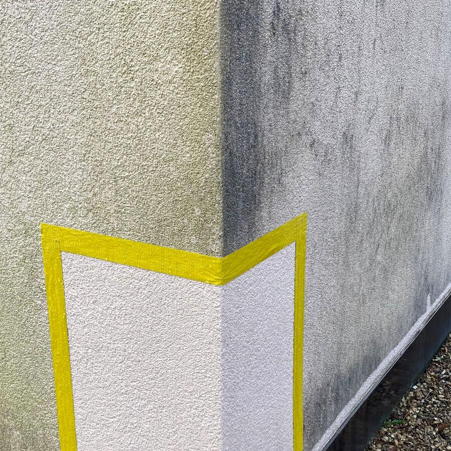 Gereinigte Probefläche auf Putzfassade